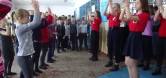 """В рамках """"День Здоровых Дел"""" волонтеры школы провели флеш-моб – зарядку с учащимися школы"""