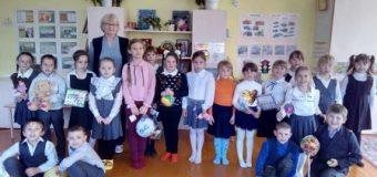 В рамках социального проекта «Поделись улыбкой своей» ребята 1 «В» класса побывали в гостях у детей детского сада «Ласточка»