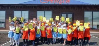"""14 мая ребята 1 В класса побывали в кафе """"Август"""" на мастер-классе по изготовлению пиццы и песочного печенья"""